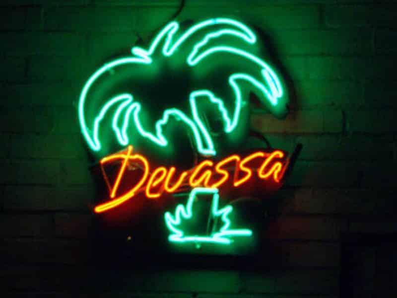 comunicação visual placa neon fachada COLA design